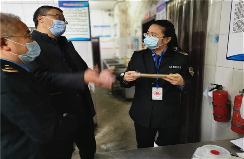 江安县市场监督管理局检查铁清镇内学校食品安全工作