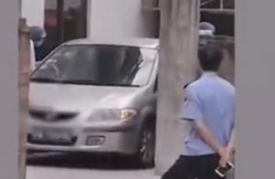 两男孩车内窒息家属要求车主担责