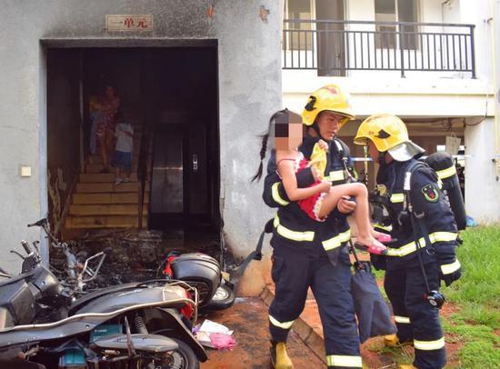6岁男童遭父亲追杀? 消防员以头挡刀救下