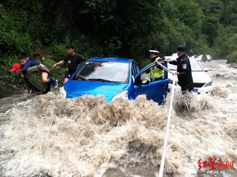 山洪倾泄45辆车153人受困 阿坝警方施救近5小时