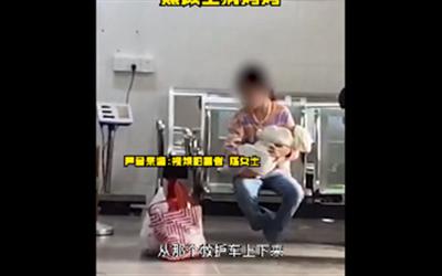 8岁女孩抱着婴儿照顾生病妈妈
