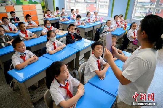 资料图:一小学课堂内,学生们正在上课。中新社记者 韦亮 摄