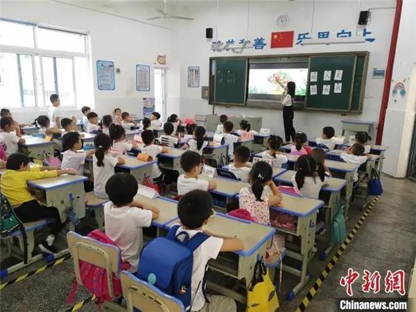 """多地要求老师亲自改作业 家校""""作业矛盾""""如何化解"""