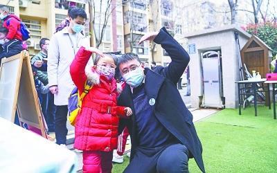 """多点""""父能量""""!武汉多所学校设立爸爸接送日"""