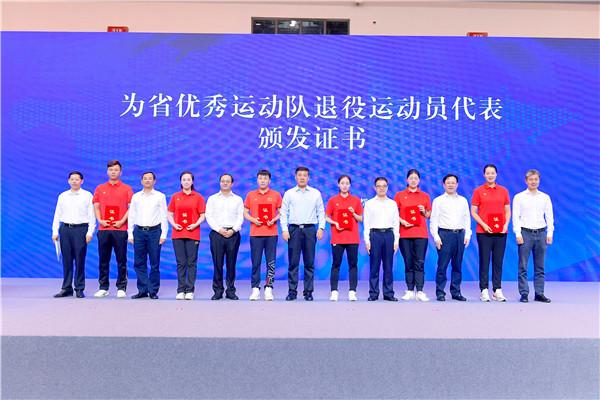 副省长罗强出席向退役运动员担任学校体育教练员代表颁发证书.JPG